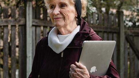 Người già khổ sở với công nghệ